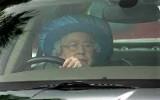 """""""The Queen"""" 87 anni guida la sua Jaguar con l'autista sul sedile del passeggero"""